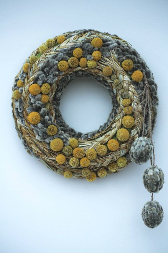 This wreath is decorated with wisp of grass ,craspedia , catkins and hanging eggs. External diameter wreath 25 cm (10inches) Internal 9cm (3,5