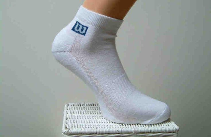 1 способ Белые носки легче отстирываются, если перед стиркой их замочить в растворе борной кислоты: 1 столовая ложка кислоты на 1 литр теплой воды. Замочите носки на 1 – 2 часа в этом растворе. Затем их нужно тщательно прополоскать и отправить в машинку, или постирать вручную. Носки лучше стирать
