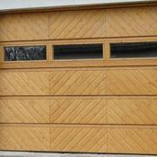 Sektionaltor aus Holz mit Fenster nach Kundenwunsch