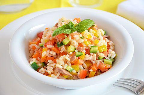 La ricetta dell'insalata di riso è una ricetta fresca e gustosa. Preparata con le verdure fresche è ancora più leggera e ed è un modo carino e sfizioso per mangiare le verdure e farle mangiare ai nostri bambini.