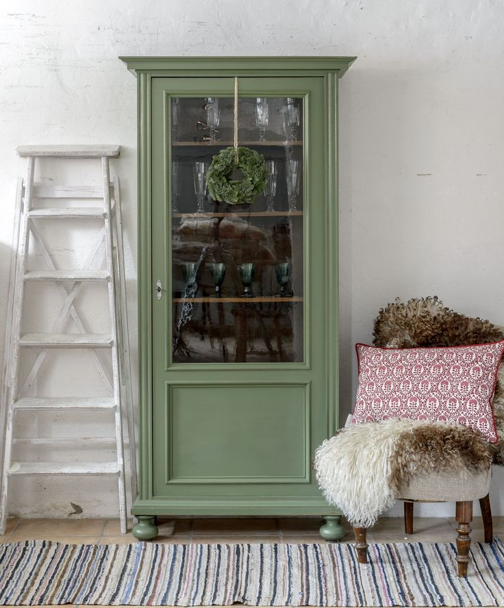 Ljuvligt litet vitrinskåp i grönt