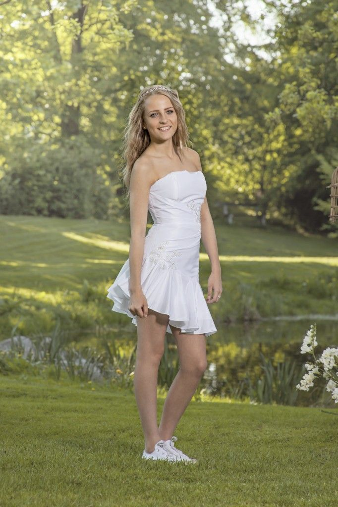 Luxux Konfirmation 2014 Confi 3: Tafettakjole med asymmetrisk længde og snøre i ryggen. Den har flotte blondebesætninger.