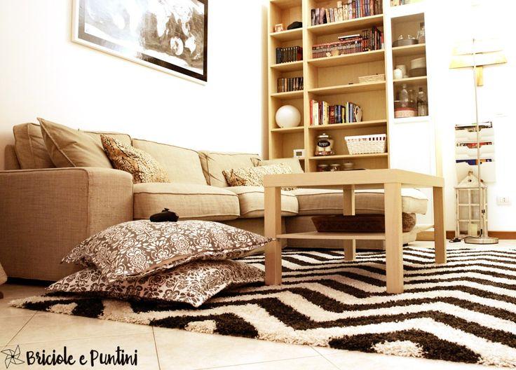 Chevron Teppich | Gesehen auf http://www.briciolepuntini.com/ | Cucire un copricuscino e rinnovare il salotto con un tappeto