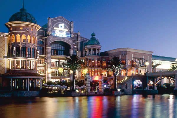 Não viaja pra onde não tem shopping?! No problem. CPT tem Canal Walk, com mais de 400 lojas para afinar o cartão...kkkk