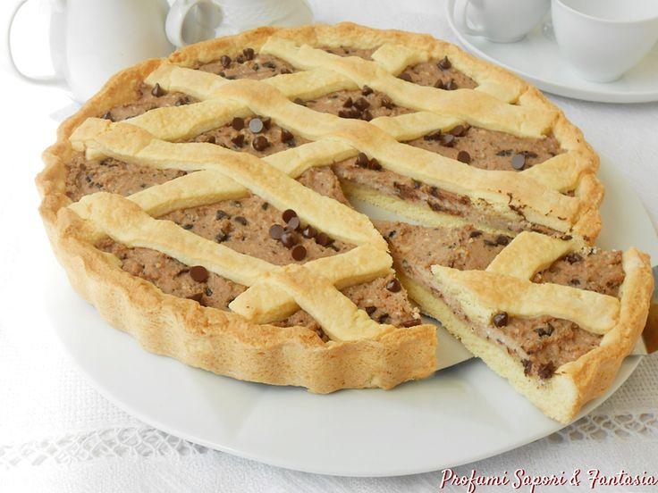La crostata di ricotta amaretti e gocce di cioccolato è un dolce squisito e invitante. Il ripieno goloso e invitante fanno della crostata una bontà.