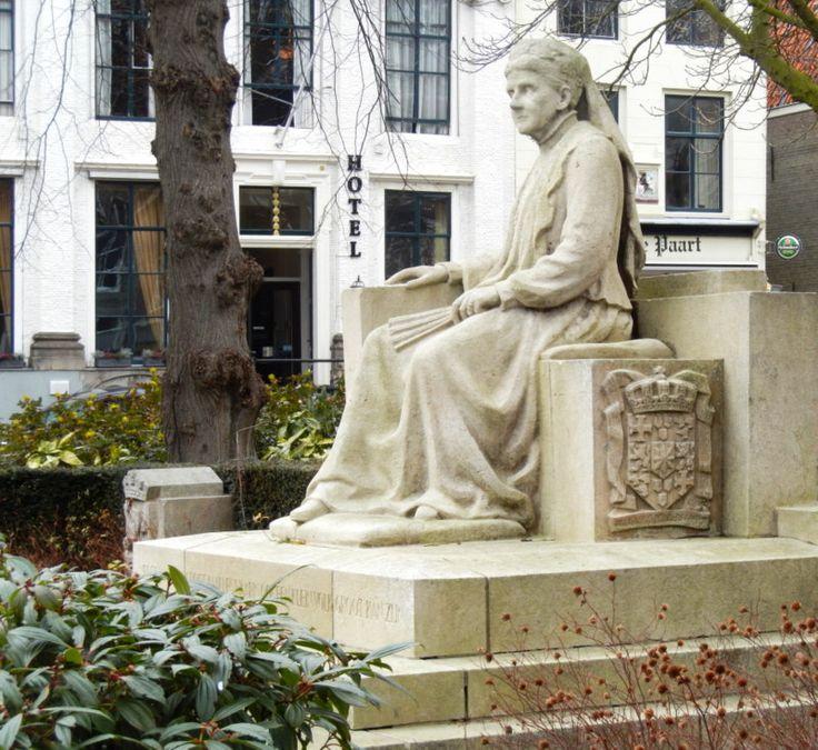 Koningin Emma kijkt uit over het Damplein in Middelburg.