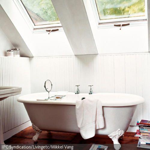 Zum Entspannen und Wohlfühlen lädt diese freistehende Badewanne im antiken Stil ein. Der dunkle Holzboden bildet einen starken Kontrast zur hellen  …
