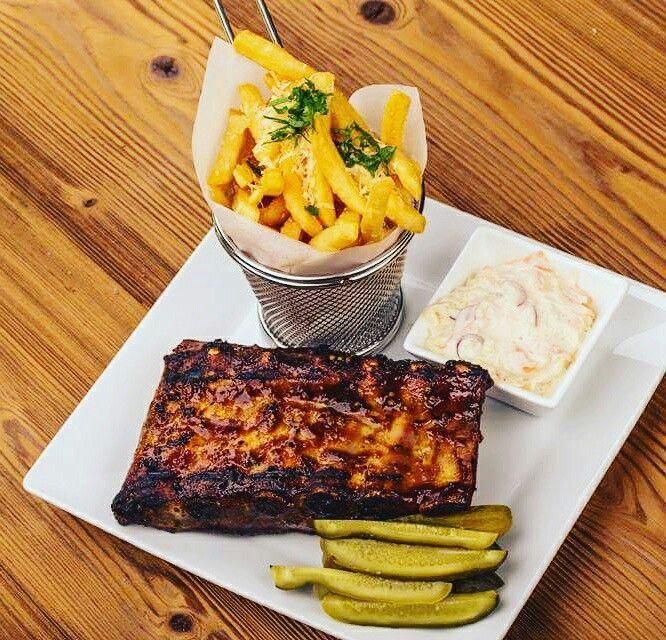 Sky Lounge îți recomandă coaste de porc gătite la cuptor, rumenite la grătar, unse cu sos barbeque servite cu salată coleslaw și cartofi prăjiți! Poftă bună!  http://www.sky-center.ro/sky-lounge/