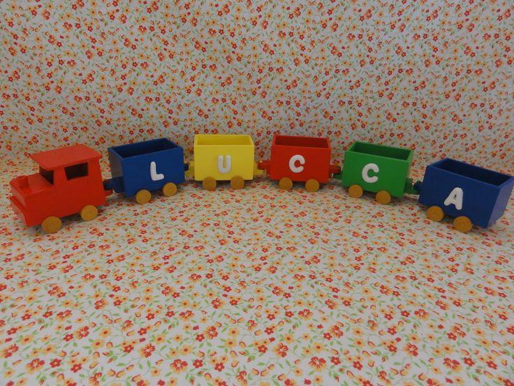 Trenzinho em madeira (MDF), pintado, envernizado e decorado com letras em biscuit. <br>Valor referente a uma Locomotiva e 5 vagões. <br>Locomotiva: 7 cm de comprimento x 5 cm de largura x 5,5 cm de altura <br>Vagão: 6,5 cm de comprimento x 4 cm de largura x 5 cm de altura