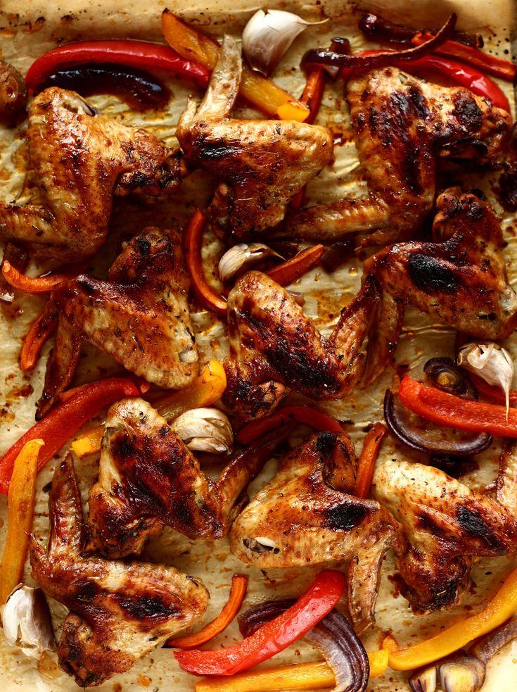 Pikantne skrzydełka pieczone z warzywami
