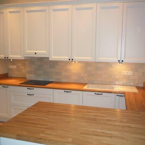 Klasyczne fronty, ceramiczne płytki na ścianie oraz drewniany blat, sprawiają, że wnętrze kuchni jest ciepłe i nastrojowe.