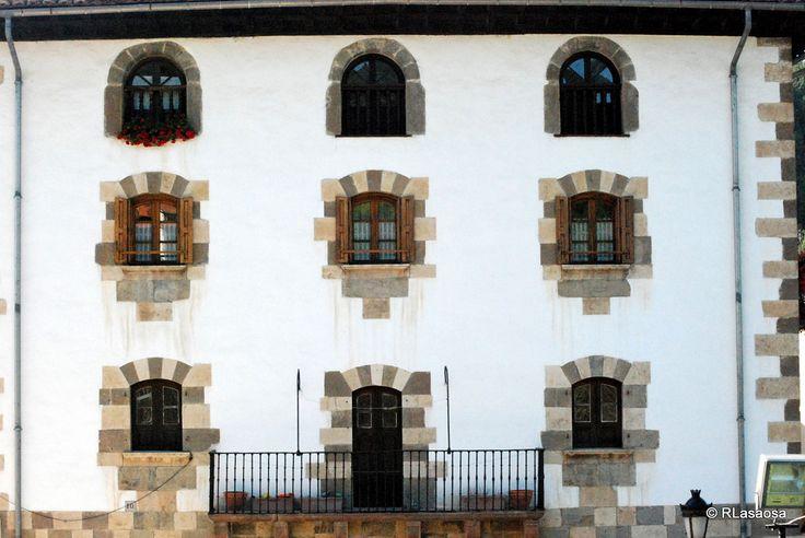 Fachada de una casona solariega en Zubiri, Navarra, Camino de Santiago