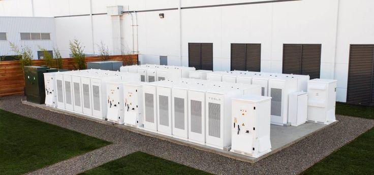 Tesla gaat energie opslaan om te zorgen dat mensen in Californië niet zonder stroom komen te zitten  Tesla gaat naar eigen zeggen de grootste opslagplaats voor elektriciteit ter wereld realiseren voor het Amerikaanse Southern California Edisonéén van de grootste leveranciers van elektriciteit in Californië.Dat maakte het bedrijf gisteren bekend.In totaal zullen de batterijen die Tesla Powerpacks noemt 80 MWh aan energie kunnen opslaan. Volgens de fabrikant is hetgenoeg om 2500 huishoudens…