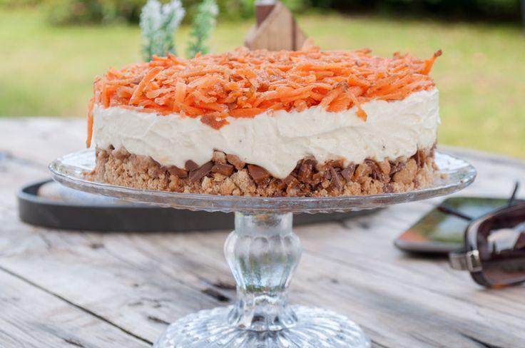 En gulerodskage der ikke er bagt, og med revne gulerødder på toppen – det gør sikkert, at mange vil ryste på hovedet. At der så også er skyr i, ja så er toppen da nået :-) Men smag lige, for …