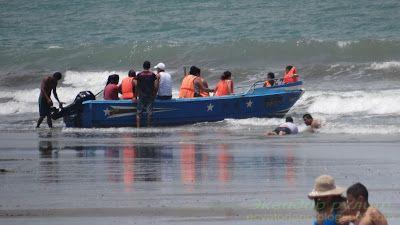 Педерналес Эквадор группа туристов ожидающих отплытие на ближайший остров