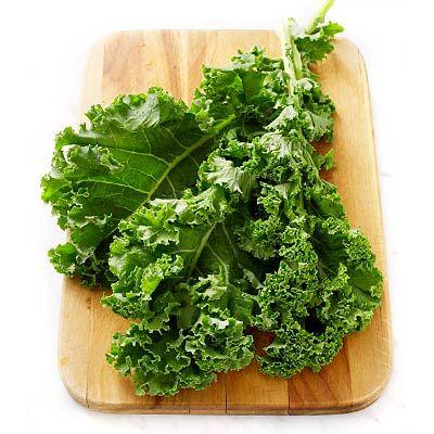 El kale es una col rizada considerada un superalimento gracias a su aporte de una gran cantidad de fitonutrientes como vitaminas, minerales y ácidos grasos esenciales.