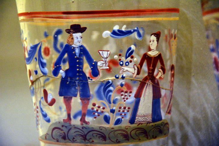 Autor desconocido, vaso con personajes, vidrio soplado a molde y esmaltado, Europa, siglo XVIII. Colección Museo Franz Mayer
