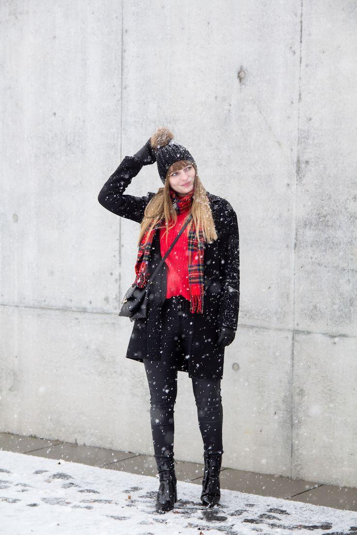 Outfit, roter Strickpullover, Rot und Schwarz, Kombination, wie trage ich, red sweater, how to wear, Bommelmütze