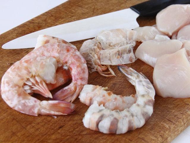 SPIEDINI DI POLLO E GAMBERI 2/5 - Dividete il petto di pollo a dadini e sgusciate i gamberi, eliminando il filo nero presente al centro della coda.