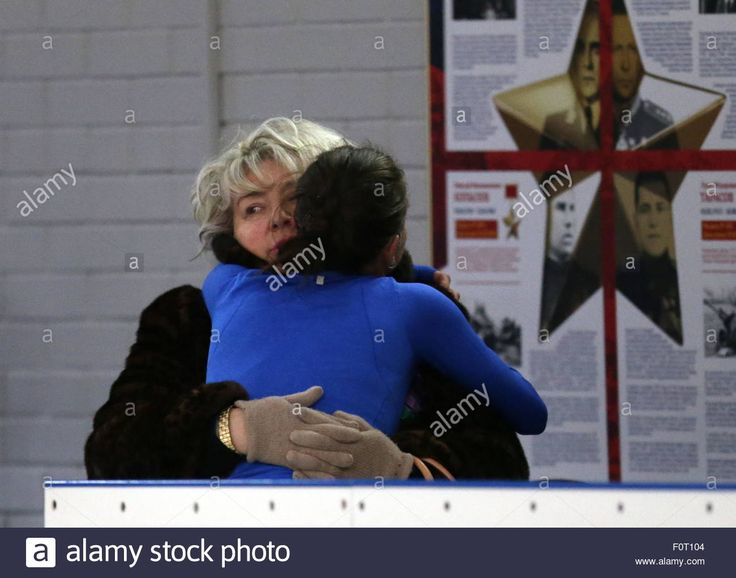 Download this stock image: Moscow, Russia. 20th Aug, 2015. Olympic figure skating champion Adelina Sotnikova (front) hugs Russian figure skating coach Tatyana Tarasova during an open training session at a skating rink of the CSKA Olympic Reserve Youth Sports School named after Stanislav Zhuk. Credit:  Artyom Geodakyan
