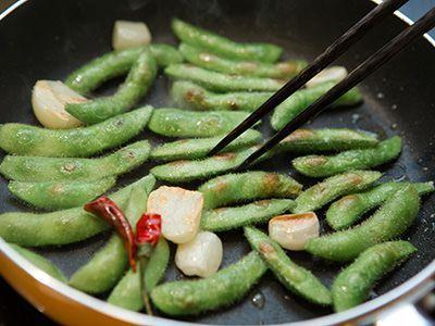 枝豆といえば茹でたものが一般的で、それはそれでおいしいですよね。でも実は、「焼く」と美味しさがアップするんです。それを実感できる美味しい作り方を、伊勢丹新宿店フレッシュマーケットの鈴木理繪シェフに聞きました。