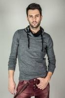 Πλεκτή μπλούζα με διχρωμία στο γιακά και κορδόνια, ακολουθώντας τις τελευταίες τάσεις της μόδας.    Διαθέσιμο σε γκρί χρώμα.  Φωτογραφία 1