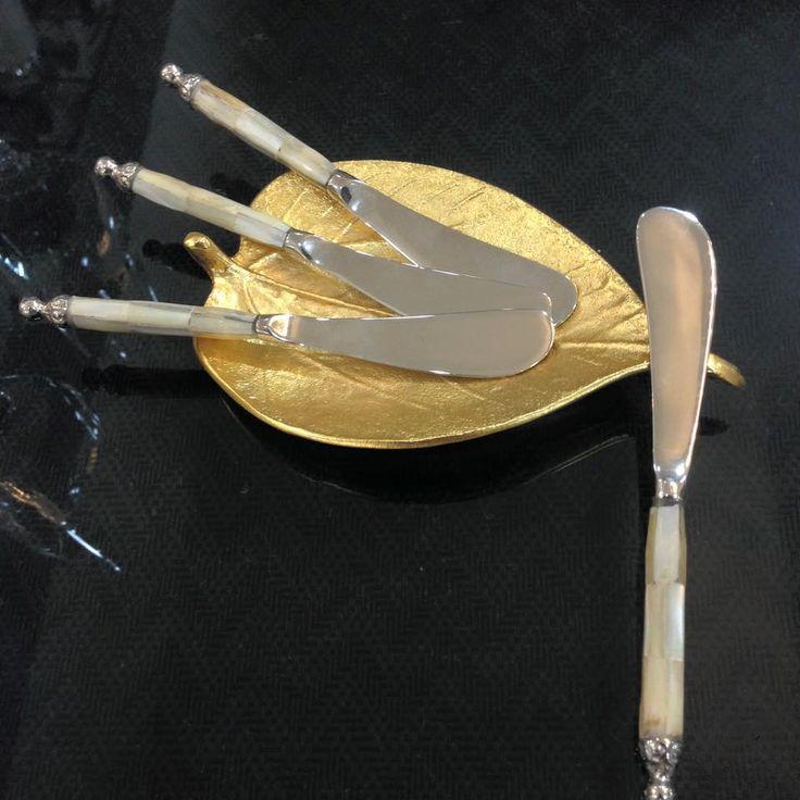 Que no falten en tu mesa estos hermosos cuchillos de untar con detalles de madre perla en el mango.