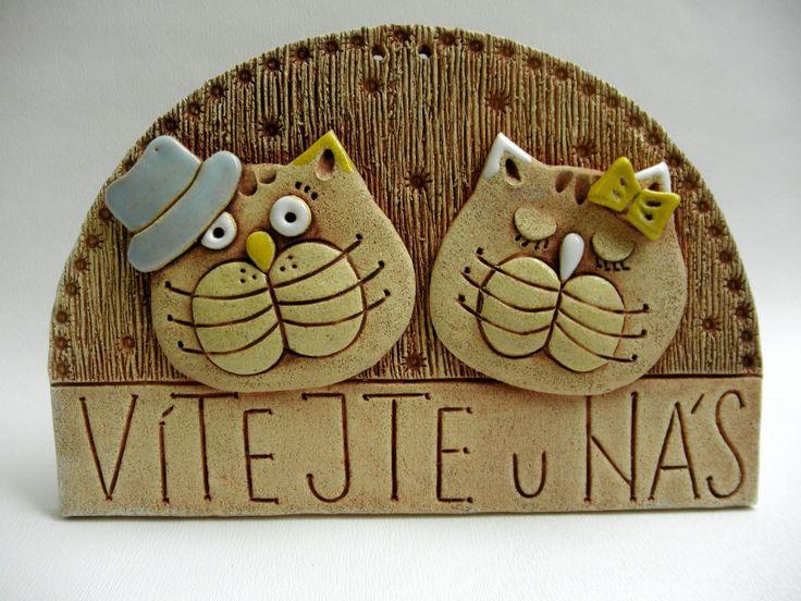 Vítejte - kočičky Ze šamotové hlíny, určené k zavěšení. Vhodné k celoroční venkovní dekoraci. Velikost 15 x 22 cm (vxš).