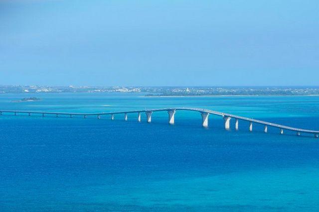 トリップアドバイザー「口コミで選ぶ 日本の橋ランキング」3位「伊良部大橋」(沖縄県・宮古島)2015年1月に開通した宮古島と伊良部島を結ぶ全長3540メートルの橋。通行料金を徴収しない橋としては日本最長