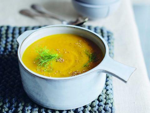 Recept van Sandra Bekkari: Soep van geroosterde wortel en venkel met gember