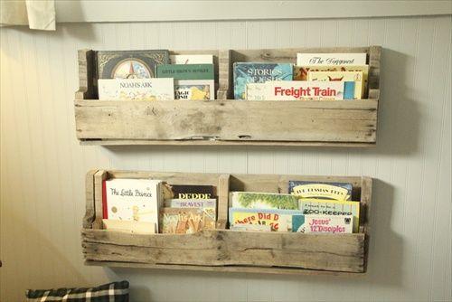 Petite étagère bibliothèque en palette dans une chambre d'enfant