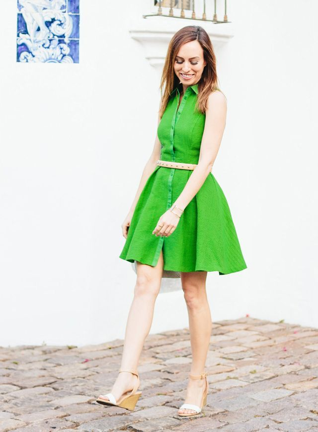 Get glowing this weekend with a little outift inspiration from @sydnesummer. Pair this lime green dress with nude accessories and beautifully hydrated skin. Throw some @simpleskincare wipes in your tote to refresh on the go.