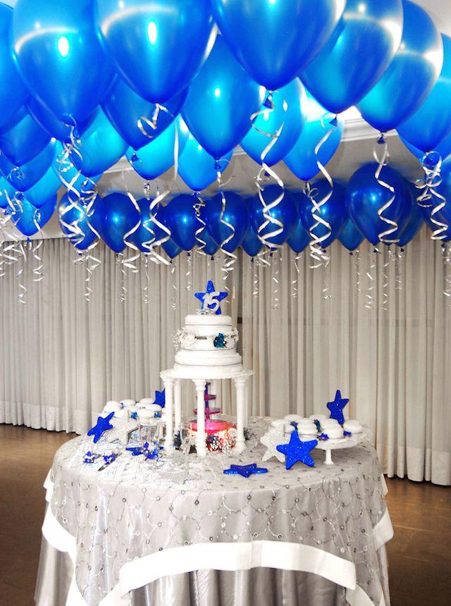 decoracin con globos azules sobre la torta
