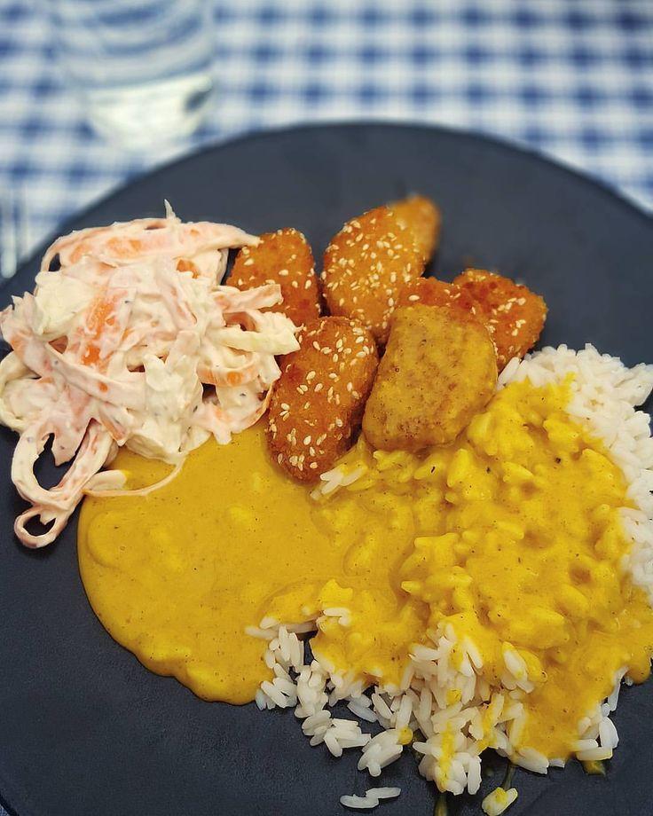 Fav recept snabb currysås-sås:  Ett paket @oatly créme fraîche Curry  Salt Gurkmeja •  1: Värm upp fraiche/kvarg/matyoghurt i liten kastrull 2: Krydda! Ordentligt med curry, en nypa salt och lite gurkmeja för färg....  Servera med ris, hälsanskök nuggets och coleslaw.