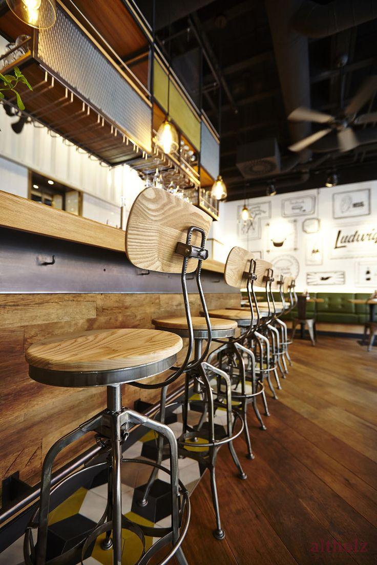 wood, oak wood, floor wood, furniture wood. un espacio para celebrar. Paumats.