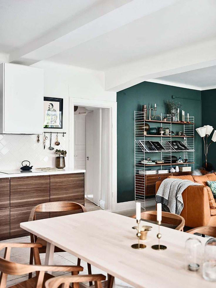 Эта интересная квартира, чей интерьер задуман путем смешения нескольких стилей, находится в Гетеборге, Швеция. Здесь можно найти как современные вещи, так и предметы середины прошлого века. Все это гармонично дополняют стильные мелочи из Икеа, дарящие пространству характер и уют. Но самым интригующим элементом в этой квартире стала зеленая стена в гостиной зоне, которая идеально сопрягается с темно-горчичным диваном и креслом. От такого цветового сочетания в доме поселились тепло и…