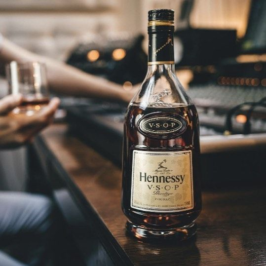 A taste as classic and elegant as the @hennessyus name. . . . . . #dotluxury #whiskey #liquor #hennessy #scotch #luxury #lux #luxe #luxlife #luxurious #dragon #delish #delicious #perfection #perfect #alcohol #beverage #drink #drinks #beverages