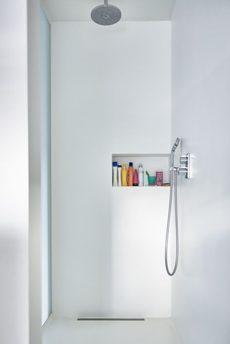 Witte PU gietvloer in douche alsook op de wanden. Geen voegen! Super eenvoudig in onderhoud want er zijn geen voegen aanwezig. Lees er meer over op onze website!