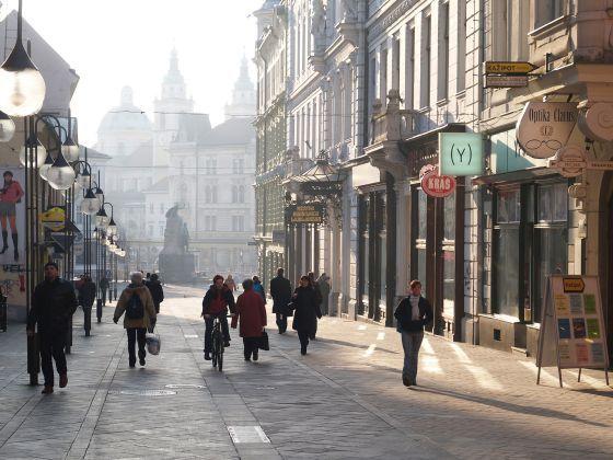 Eslovenia, ¿la próxima ficha en el dominó del euro? : el país está al borde de convertirse en el sexto país de la UE que solicita el rescate : el agujero de la banca y la recesión amenazan su economía / @ldoncel @elpais_internacional | Peatones caminan por una calle comercial de Liubliana | #turisticario