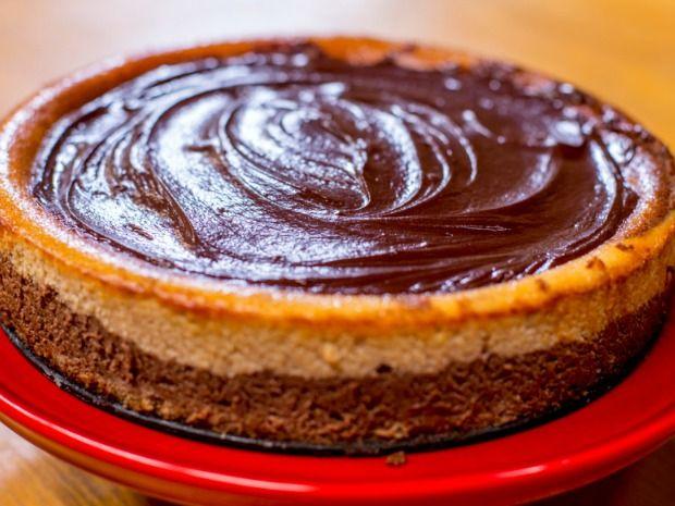 Esse cheesecake foge do óbvio com chocolate e manteiga de amenduim! Delícia...