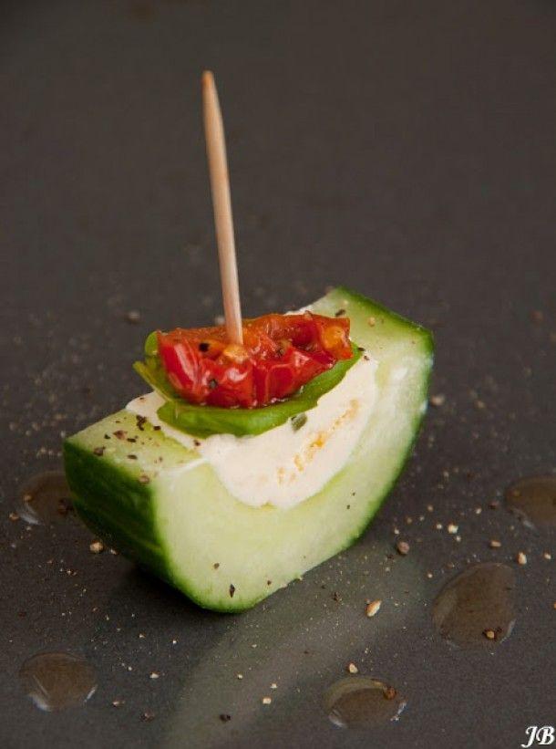 Komkommer halveren, uitschrapen, vullen met boursin. In stukjes snijden. Paparika, stukje peper of zo erop. Prikker erin, klaar.