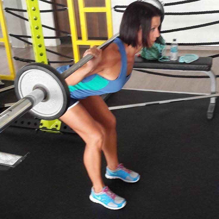 Наклоны со штангой - отличное упражнения для ягодиц и бицепса бедра. Это мой любимый разогрев перед тягой или одно из добивочных упражнений после приседа.  Когда выпрямляю корпус дополнительно сокращаю мышцы ягодиц. Так быстрее убиваются мыщцы.  #sport #fit #fitness #motivation #gym #workout #training #diet #eatclean #girlswithmuscle #healthy #girl #me #пп #зож #здоровыйобразжизни #здороваяеда #dukan #dukandiet #фитнес #фитнеседа #lowcarb #дюкан #дюкандиета #спорт #спортивныедевушки…