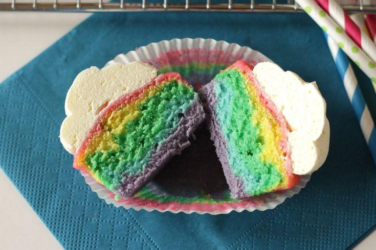 Rainbow Cupcakes mit fluffiger Vanille Buttercreme Rezept von Living on Cookies