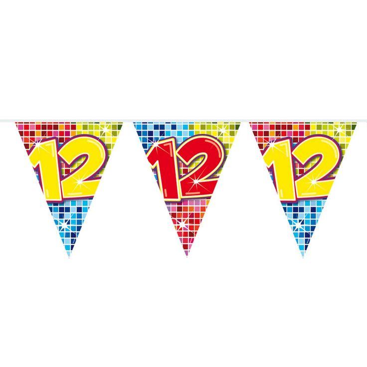 Wordt er iemand 12 jaar? Of vieren jullie een 12-jarig huwelijk of jubileum? Deze kleurrijke slinger staat perfect op ieder soort feestje! De slinger is enkelzijdig bedrukt, heeft 12 vlaggetjes en is 3 meter lang.Afmeting:  lengte 3 meter - Mini Vlaggenlijn Blocks 12 jaar, 6mtr.