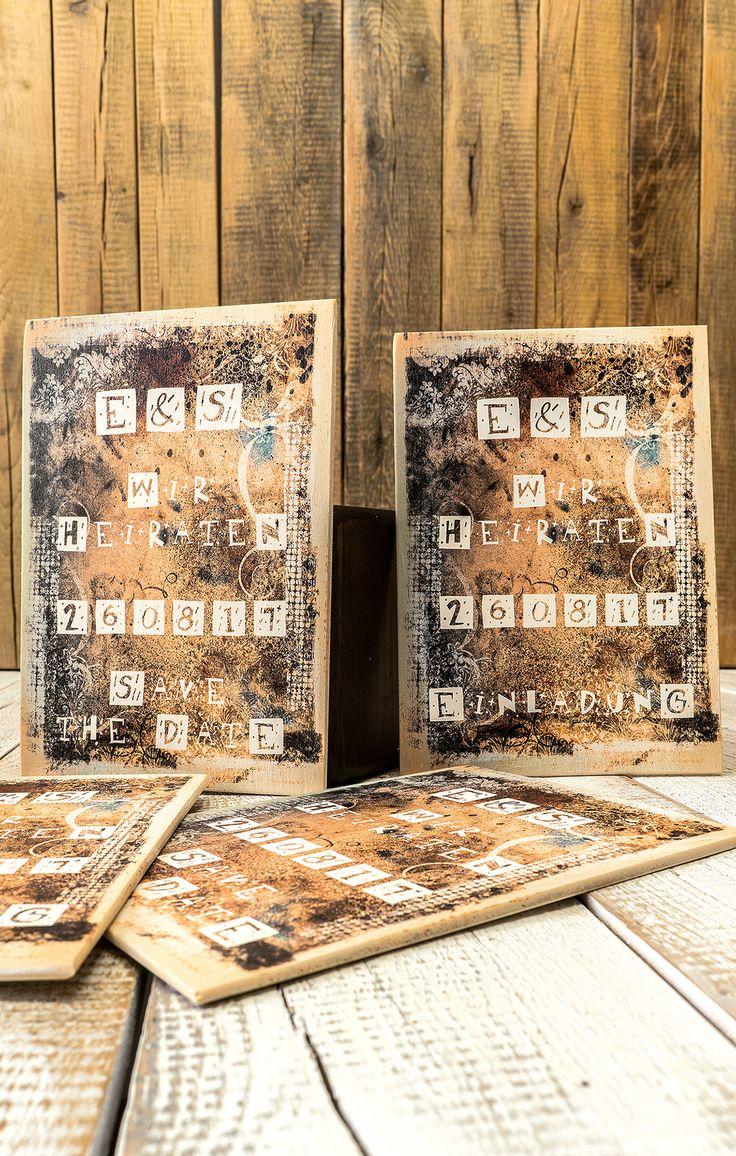 Einfach mal was anderes. Kreative Einladungskarten auf Holz mit natürlichem Touch z.B. als Hochzeitskarte im Vintage-Look. Die visuelle und haptische Wahrnehmung wird durch das Naturprodukt Holz verstärkt. Im Gegensatz zu einer standardisierten Druckproduktion transportiert originelles Design auf Holz die Botschaft bestmöglich zum Empfänger. Mit dem Druck auf naturbelassenen Holzarten für Feste und Events erhältst du viel mehr Individualität, z.B. für Save the Date Karten, Menükarten u.v.m.