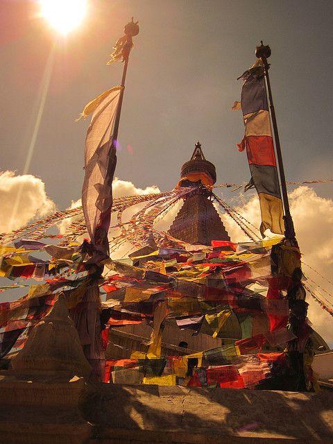 Le Nepal... Un pays magnifique !  Avec des drapeaux de prières au sommet d'une montagne.... <3