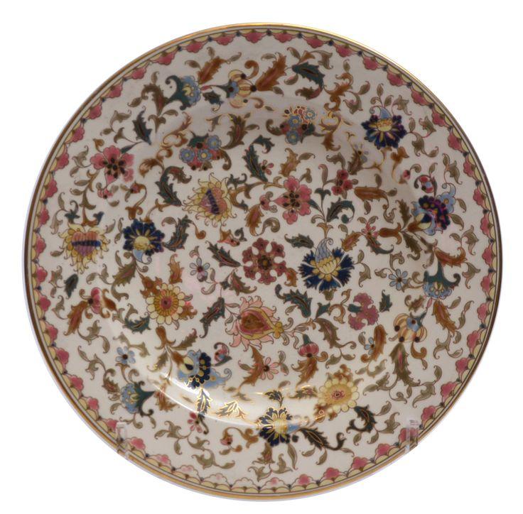 Zsolnay dísztál Porcelánfajansz. Öblében magas tüzű, színesen festett és aranyozott keleties virágdekor. Hátoldalán jelzett: masszába nyomott Zsolnay Pécs és 431 2 (formaszám), valamint máz alatt kékkel bélyegzett családi jegy, MADE IN HUNGARY 48 Zsolnay, Pécs, 1880 körül. Átm.: 32,5 cm Zs16/80e