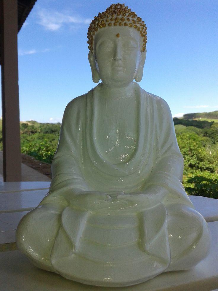 Budha em Gesso e Goma Laca, com sua coroa revestida de Cola Gel Dourada feita em pequenas gotas. A paisagem local ajuda...