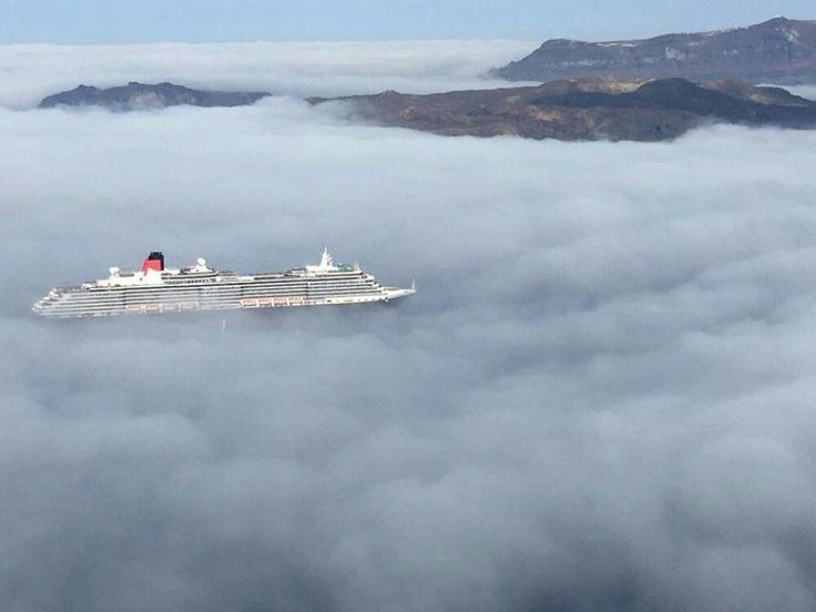 Όσοι βρέθηκαν στη Σαντορίνη είδαν την θάλασσα να εξαφανίζεται μπροστά απο τα μάτια τους καθώς τα σύννεφα κάλυψαν όλη την επιφάνεια της δημιουργώντας ένα φανταστικό τοπίο!