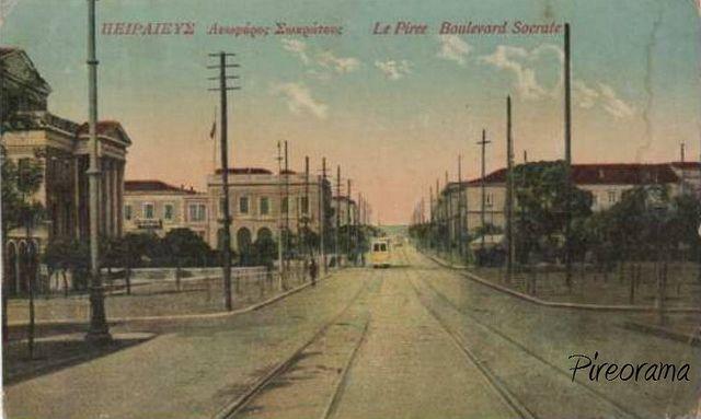 Η Λεωφόρος Σωκράτους με τις γραμμές του Τραμ. Αργότερα ονομάστηκε Διαδόχου Κωνσταντίνου (Βασ. Κωνσταντίνου αμέσως μετά) και σήμερα Ηρώων Πολυτεχνείου. Αριστερά το Δημοτικό Θέατρο